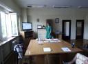 Właścicielka szkoły językowej prowadzi prelekcję w PUP w Wadowicach.